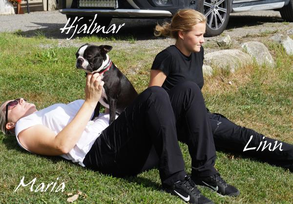 Härlige Hjalmar vilar sej, i värmen, tillsammans med matte Maria och lillmatte Linn.